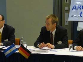 Olaf Lemmingson escucha atentamente a un empresario de Frankfurt