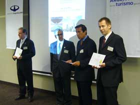 Enrique Torrendell entrega las Medallas de Miembros de Honor del XXVII Seminario Internacional a Hugo Sartor, Luis Kreckler y Olaf Lemmingson